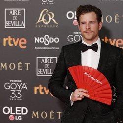 Álvaro Cervantes con un abanico en los Premios Goya 2019