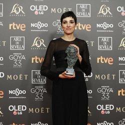 Isabel Peña posa con su estatuilla en los Premios Goya 2019