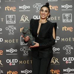Carolina Yuste posa con su estatuilla en los Premios Goya 2019