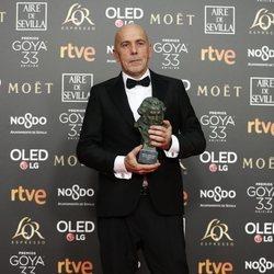 Josu Inchaustegui posa con su estatuilla en los Premios Goya 2019