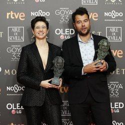 Laura Pedro y Lluís Rivera posan con sus estatuillas en los Premios Goya 2019