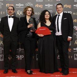 Elenco 'Cerdita' posa con su estatuilla en los Premios Goya 2019
