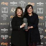 Ewa Puszczynska posa con su estatuilla en los Premios Goya 2019