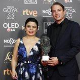 Nicolas Celis y Gabriela Rodriguez con su estatuilla en los Premios Goya 2019