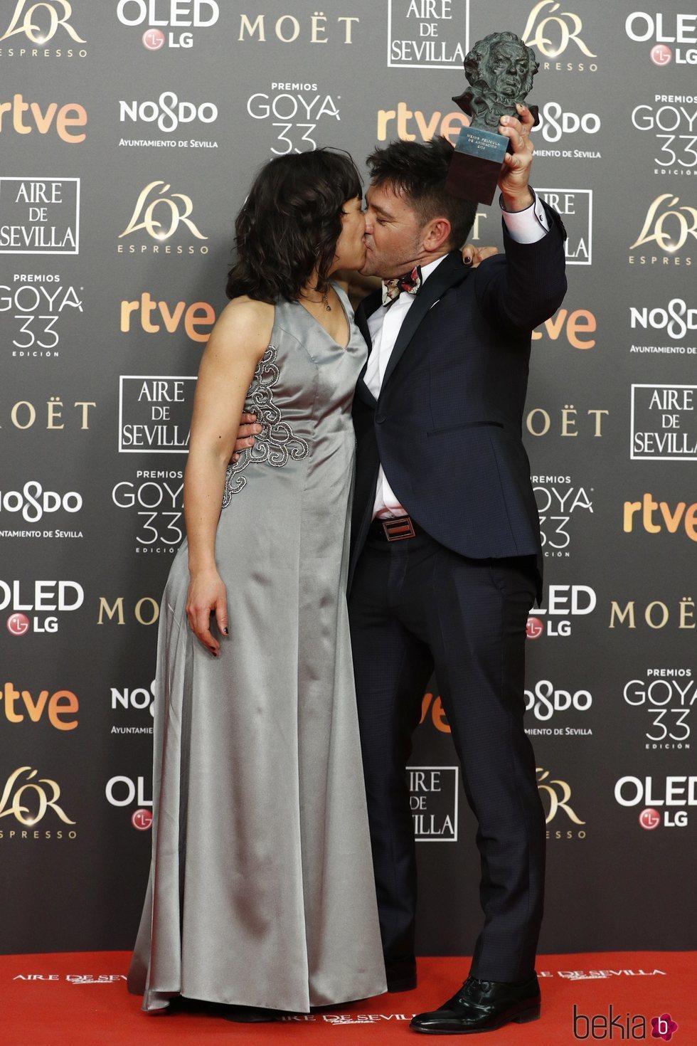 Raul de la Fuente y Damian Nenow con su estatuilla en los Premios Goya 2019