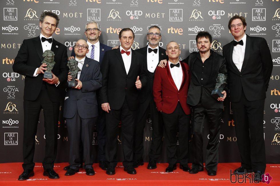 Elenco 'Campeones' con su estatuilla en los Premios Goya 2019