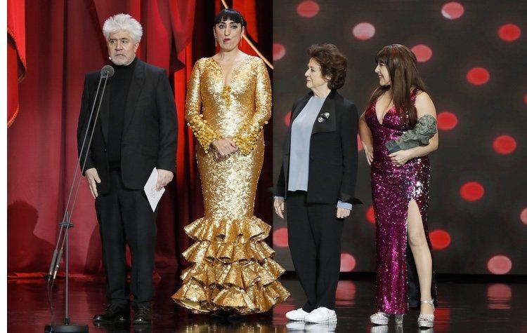 Pedro Almodóvar con Rossy de Palma, Julieta Serrano y Loles León en los Premios Goya 2019