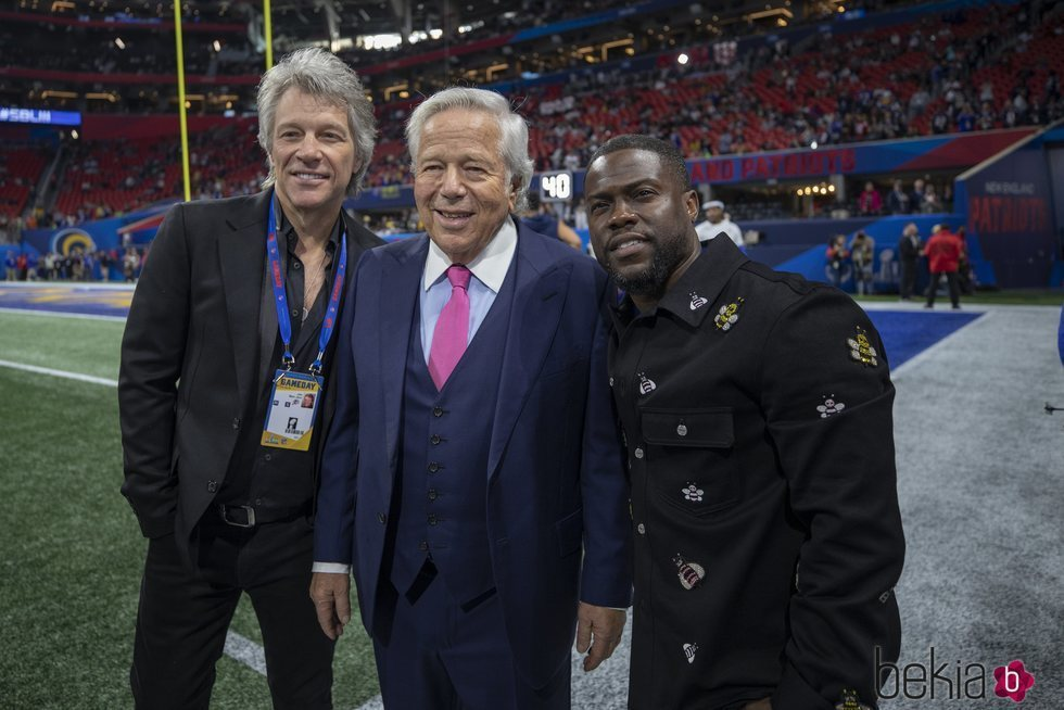 Jon Bon Jovi, Robert Kraft y Kevin Hart en la Super Bowl 2019