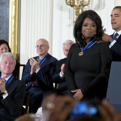 Oprah Winfrey recibiendo la Medalla Presidencial de la Libertad