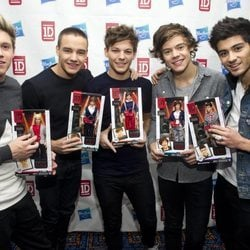 Los integrantes de One Direction con sus respectivos muñecos