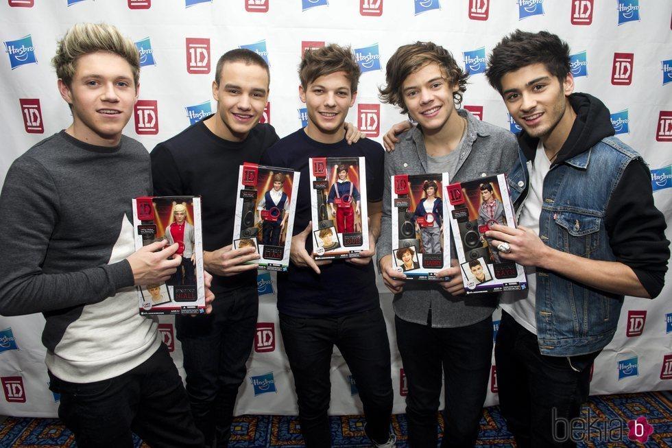 Los integrantes de One Direction con sus respectivos muñecos