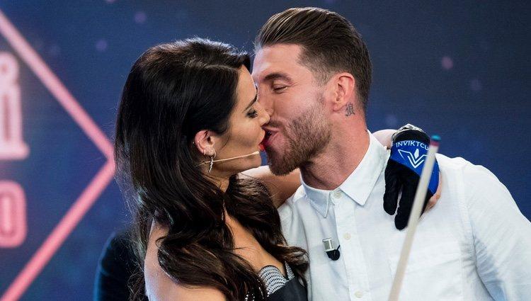 Sergio Ramos y Pilar Rubio besándose en 'El hormiguero' hablando de su boda