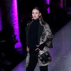 Helen Lindes desfilando por primera vez embarazada