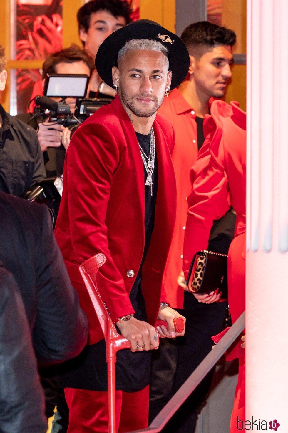 Neymar con muletas en su fiesta de cumpleaños