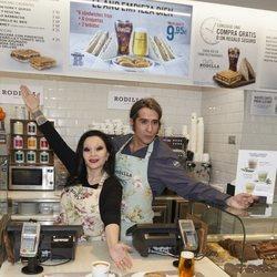 Alaska y Mario Vaquerizo en las cocinas de Rodilla