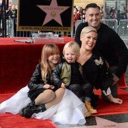 Pink junto a su familia en el paseo de la fama de Hollywood