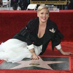 Pink tumbada en el paseo de fama de Hollywood
