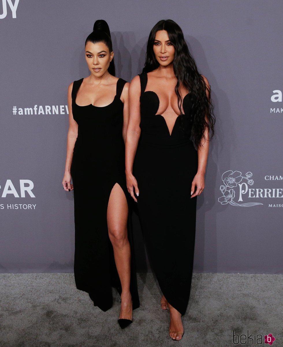 Kourtney y Kim Kardashian en la gala amFAR 2019