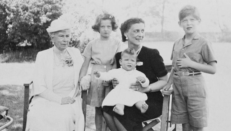La Reina María posa con la Duquesa de Kent y sus hijos