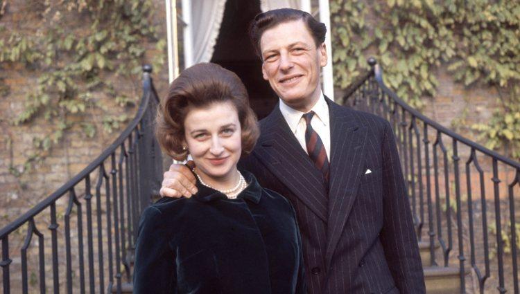 Alexandra de Kent y Angus Ogilvy el día de su compromiso matrimonial