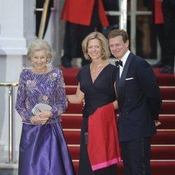 Alexandra de Kent con su hijo y su nuera en la cena de gala previa a la boda del Príncipe Guillermo y Kate Middleton