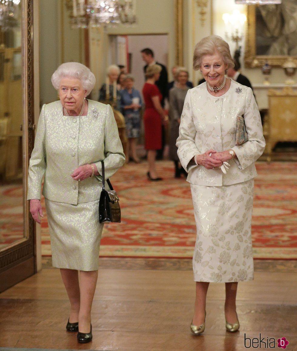 Isabel II y Alexandra de Kent en un acto conmemorativo en el Palacio de Buckingham