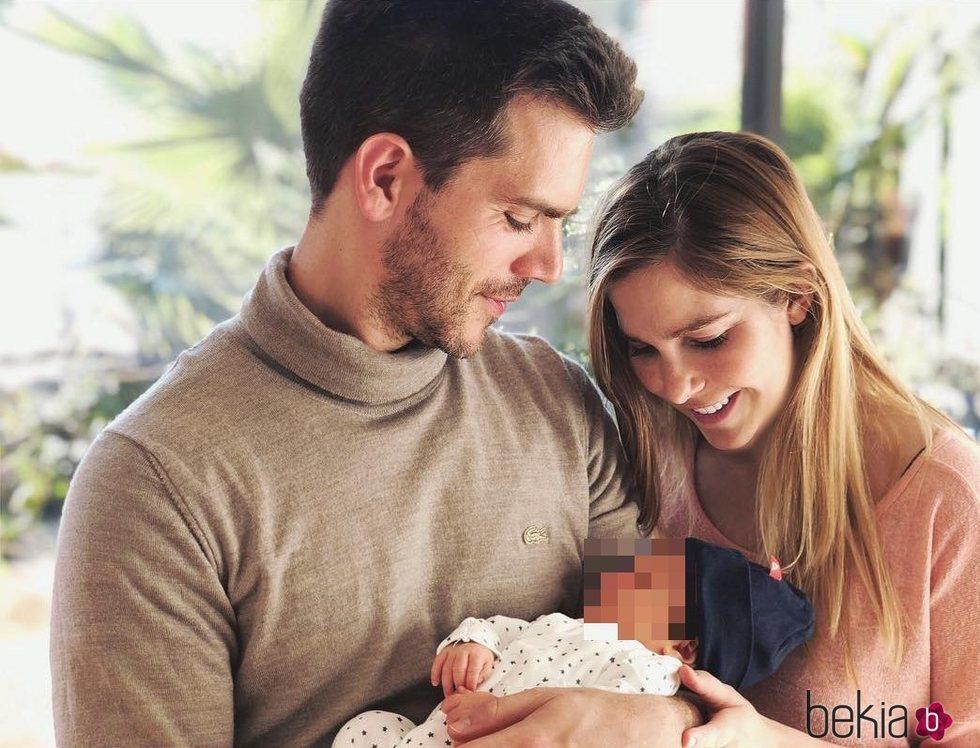 Natalia Sánchez y Marc Clotet celebran el primer mes de vida de su hija Lia