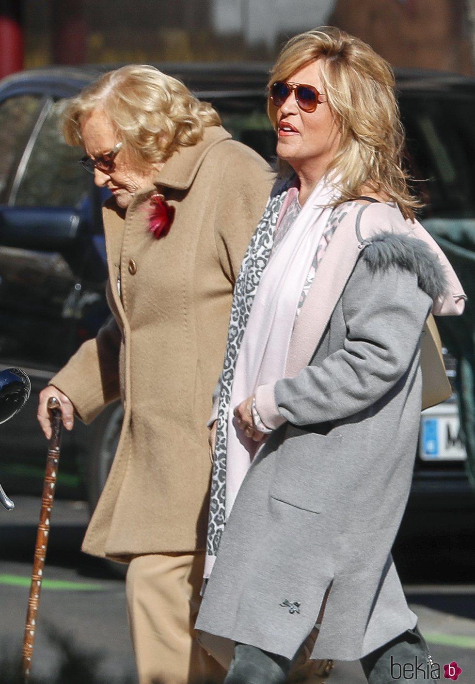 Lydia Lozano pasea por Madrid con su madre