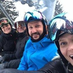 Victoria y Daniel de Suecia y Haakon y Mette-Marit de Noruega se divierten esquiando