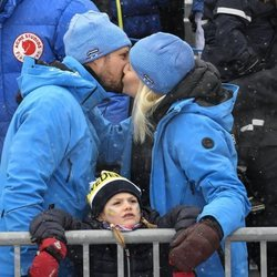 Los Príncipes Haakon y Mette-Marit de Noruega besándose con Estela de Suecia delante de ellos