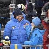 La Princesa Mette-Marit de Noruega hablando con el Príncipe Daniel de Suecia en la nieve