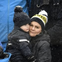 La Princesa Victoria de Suecia con su hijo el Príncipe Óscar en la nieve