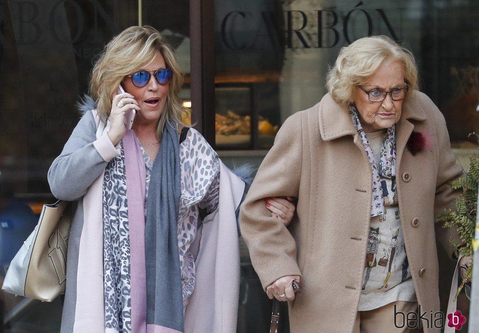 Lydia Lozano pasea con su madre por las calles de Madrid