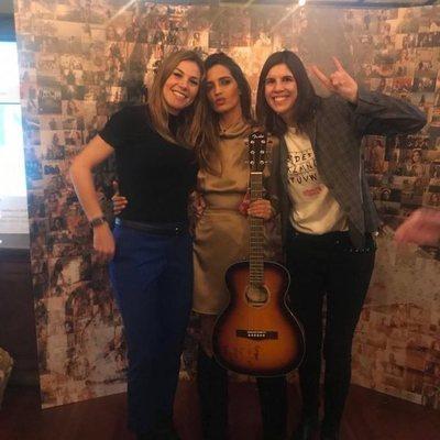Nira Juanco y Carlota Reig con Sara Carbonero en la fiesta sorpresa de su 35 cumpleaños
