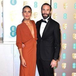 Joseph Fiennes y Maria Dolores Dieguez en la alfombra roja de los Premios BAFTA 2019