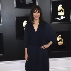Rashida Jones en la alfombra roja de los Grammy 2019