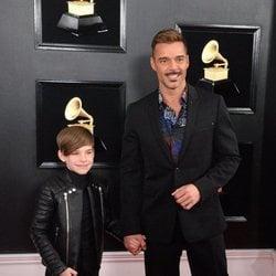 Ricky Martin con su hijo Matteo en la alfombra roja de los Grammy 2019