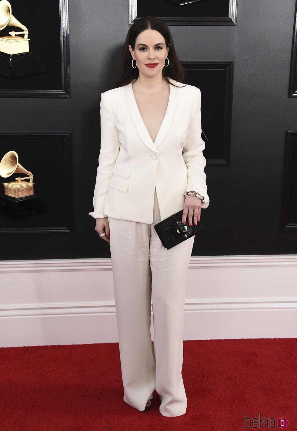 Emily Hampshire en la alfombra roja de los Grammy 2019