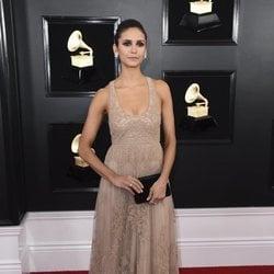 Nina Dobrev en la alfombra roja de los Grammy 2019