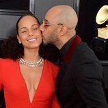 Swizz Beatz besando en la mejilla a Alicia Keys en la alfombra roja de los Grammy 2019