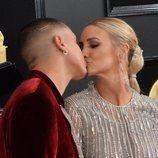 Ashlee Simpson y Evan Ross besándose en la alfombra roja de los Grammy 2019