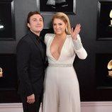Meghan Trainor y Daryl Sabara en la alfombra roja de los Grammy 2019