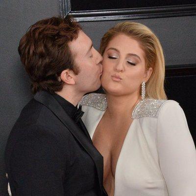 Daryl Sabara besando a Meghan Trainor en la alfombra roja de los Grammy 2019