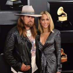 Billy Ray Cyrus y Tish Cyrus en la alfombra roja de los Grammy 2019