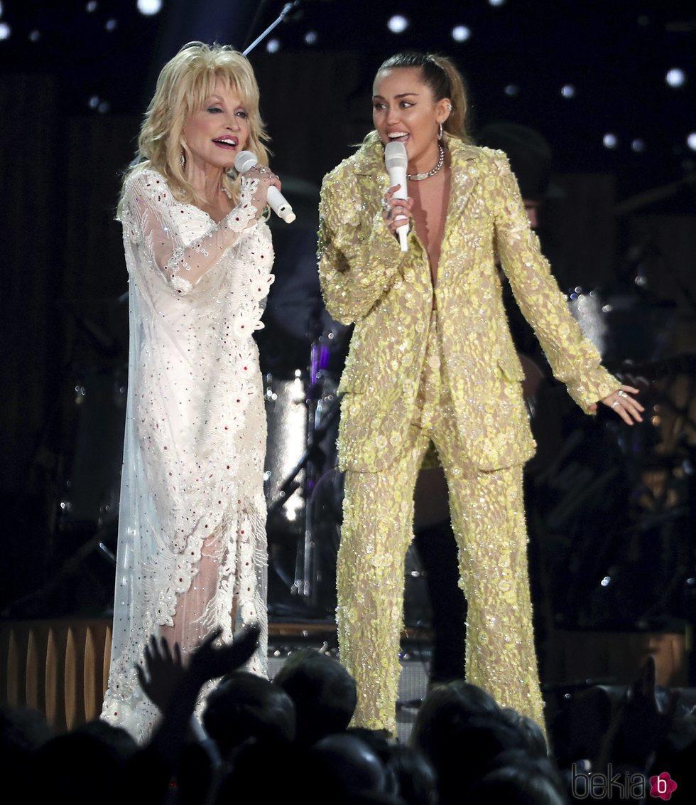 Miley Cyrus con Dolly Parton durante su actuación en los Grammy 2019