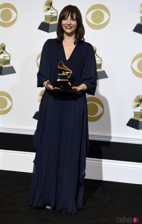 Rashida Jones con su galardón en los Grammy 2019