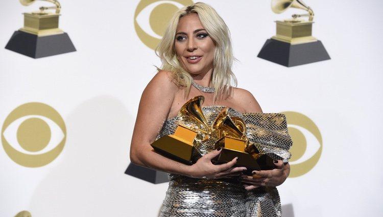 Lady Gaga con sus tres galardones en los Grammy 2019