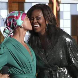 Alicia Keys besa Michelle Obama en los Grammy 2019