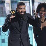 Drake recogiendo un galardón en los Grammy 2019