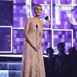 Nina Dobrev entregando uno de los premios de los Grammy 2019